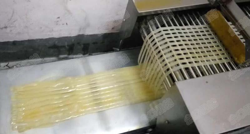 100型多功能面皮机生产宽凉皮